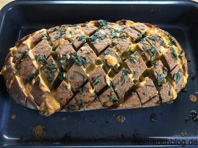 eingeritzes Brot mit Cheddar und Kräutern 2