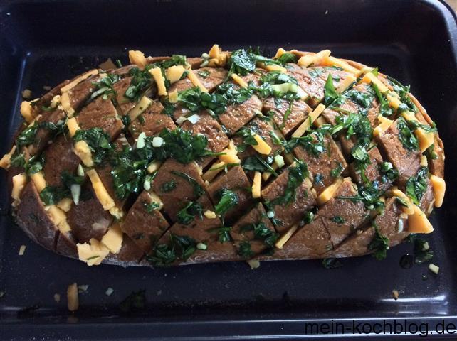 eingeritzes Brot mit Cheddar und Kräutern 1